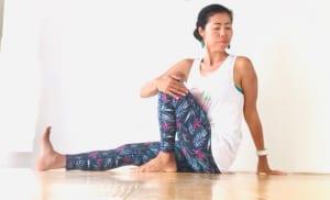 息を深く吸ってゆっくり吐きながら、曲げている膝の方へ身体をねじります。この時、背中が丸くならないように、曲げている膝側の手を後ろについて身体をねじりましょう。身体の軸がまっすぐきれいに伸びたままねじることがポイントです。