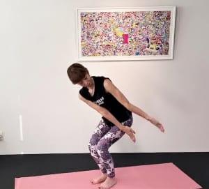 吐く息で膝を曲げた時に両手を右脚外側に伸ばします。吸う息で身体を正面に戻し、吐く息で膝を曲げて両手を左膝外に伸ばします。この動作を3回繰り返し、慣れてきたら(1)〜(4)の動作を丁寧に2セット、3セットと増やしてみてください