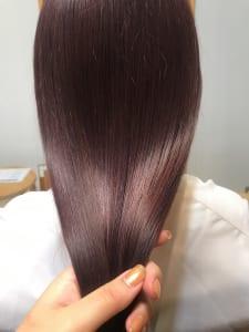 反射するピンク色はツヤが増す!大人の白髪染めに最適