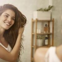 白髪をカバーしながら明るめカラーをオシャレに楽しむ方法