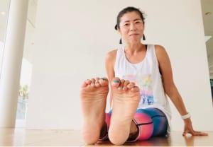 両足の指で何かを掴むようにグーの状態にします。次に両足の指を思い切り開いてパーにします。グーとパーの動きを交互に10回繰り返しましょう