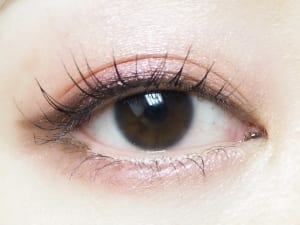 ただまつげが伸びるだけではなく、扇状にきれいに広がるので目が大きく見えます。まったくにじまないので、夕方のお化粧直しの手間が省けますよ