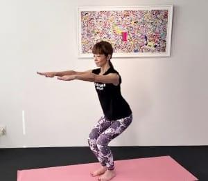 次に、両手を前に伸ばし(1)〜(2)の動作を3回繰り返します。腰を深く下げるフォームを確認してください