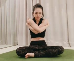 最後に両手をクロスさせて肩をつかみ、肩甲骨の間を伸ばして呼吸を整えましょう。10秒間行ってください。腕を入れ替えて、もう一度行いましょう