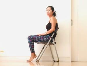 お家やオフィスでイスに座っている時、おそらく皆さんは写真のように、背中や腰が丸くなっている方が多いと思います。背中や腰を丸くしてイスに座っていると、肩こりや首への負担だけではなく下腹もポッコリしやすくなってしまいます
