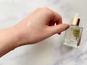「カメリアオイル」「オリーブ」「グレープシード」「ローズヒップ」などがブレンドしてあり、保湿性と肌なじみの両方にすぐれています