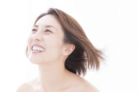 年齢を感じさせない女性の特徴って?ハリ・コシ・ボリュームのある髪へ導くアイテムをライターがレポート