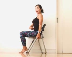 では、どのように座ったら良いのでしょうか? こちらの写真のように、背筋を伸ばして骨盤を立てて座ることを心がけてみましょう