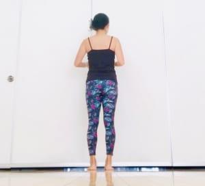 バランスがとりやすい、壁やテーブル、イスの前に立ちましょう。足は腰幅くらいに開き、膝とつま先は正面を向けましょう