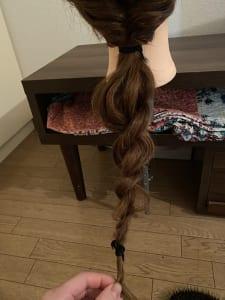 毛先を二束に分け、ねじり合わせて所々を引っ張り出してくずします