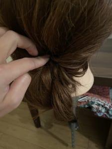 髪が長い方は毛先が余るので、もう一度同じように余った毛先を入れ込んでください