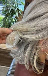 ある程度髪が伸びてくると、根元の部分が気になってくると思います。そうしたら、ハイライトを入れましょう。さらにラインがぼけるので、白髪が目立ちにくいです