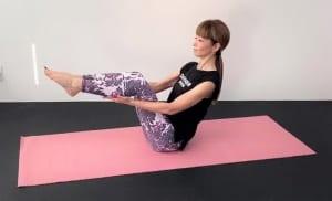 両手の平をふくらはぎにそえて、両つま先を膝の高さに引き上げ、そのまま10秒キープします。上半身の姿勢を変えず、肩に力が入り過ぎないようにバランスをとってください