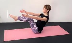 そのまま両手を前に伸ばし、10秒キープします。「足の甲で天井を押し上げる」「肩は下げる」「お腹を腰に引寄せる」ことを意識してください