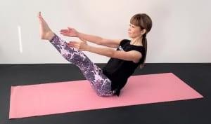 最後に、両脚を伸ばして5秒キープします。お腹と腰を引き寄せドローイング状態をキープし、目線はやさしく斜め前に向けて顔の表情は柔らかくしてください