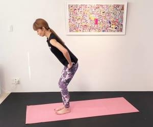 お腹を腰の方へ引き寄せ、背骨を伸ばします。両手を脚の付け根に添えて、膝を少し曲げます