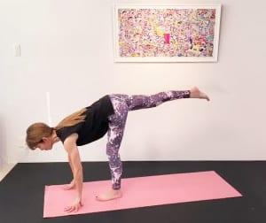 そのまま両手の指先を床につけたら、右脚を腰の高さに伸ばします。軸足の左かかとの上に脚の付け根がくるように膝を軽く曲げてもOKです。この時、身体が斜め左側に開きやすいので、おへそと胸が床と平行になるように意識してください