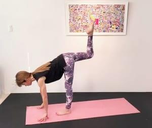 そのまま膝を曲げてつま先を天井方向に伸ばし、戻します。この動作を3回繰り返してください。膝の高さを腰の高さにキープして、お腹を腰に引寄せお腹に入れた力がゆるまないように体幹を安定させましょう