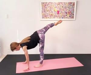 さらに、曲げた膝を右側に向けて戻します。この動作を3回繰り返します。反対側の脚も同様に行ってください