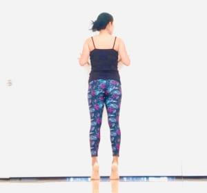 息を吐きながらゆっくりと両足のかかとを上げて、つま先立ちになりましょう。この時、お尻にキュッと力を入れるよう意識を向けると、お尻のエクササイズ効果もありますよ