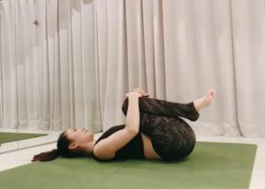 最後に、背骨の緊張をとるために膝を抱えて左右に小さくゆれましょう