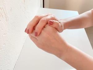 クリームを手のひらや甲で温めてから塗ると伸びが良くなりますよ