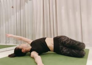 横向きに寝て、骨盤を床に対して垂直になるようにします。左右のウエストが対称となるように脇腹~骨盤を安定させ、上側の手を地面に対して平行な円を描くように回していきます。この時、骨盤がぶれないように気をつけて行ってください。5回ほど回したら、反対側も同様に行いましょう