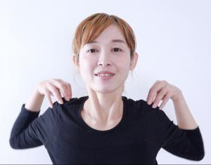 肩に手をおき、腕を前方向に大きくまわします。息を吸いながら肘同士を寄せ合うようにまわし、息を吐きながら肩甲骨を寄せるようにして腕を動かします。これを3回くりかえします