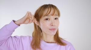 耳を放射状に引っ張る
