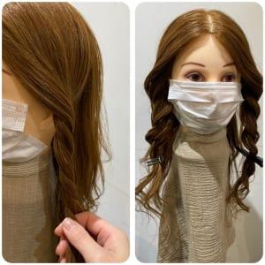 サイドの部分をねじり合わせ、ロープ編みにします。ロープ編みにした部分を少しだけくずします。次の工程でロープ編みにした髪を後ろに持っていくため、自分の見える範囲で後ろに引き気味でロープ編みをしてください