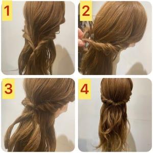 ロープ編みにした髪を後ろで結び、くるりんぱをします