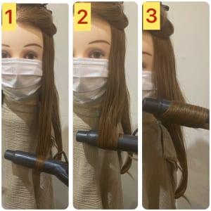 こめかみの高さから、上と下に髪を分けます。下の部分の毛先を外、内、外の順に巻き、波ウエーブを作ります。巻き髪が多くなりすぎないように左右1束づつ巻き、後ろは2束程度でOKです