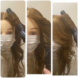 次に、(1)で分けた上の部分(トップ)の髪を根元からしっかりと巻いていきます