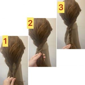ベースで作った巻き髪を崩さないように手ぐしでとかし、2本に分けてねじります。この時、2本に分けた毛束は分量を均一にさせず、片方を多めにします。そうすることで、より立体感が出ます