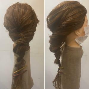 2本の毛束をねじり合わせたら、ルーズにくずして完成です