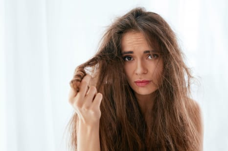 40代は毛先より頭皮!冬のパサつき髪を招くNGヘアケア習慣