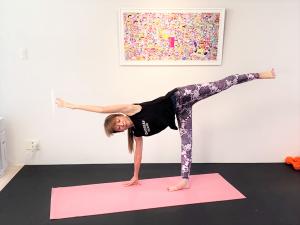 バランスがとれたら、さらに左手を頭の方へ伸ばして5呼吸キープします。両脇腹が均等に伸びるイメージで軸足の右かかとで床を押します。右脇腹の力が抜けないように注意してください