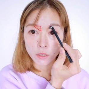 鼻の根本から眉下に向かってシェーディングを入れます。仕上がりは、眉下のくぼんでいる部分に三角形の形で影が入るイメージです