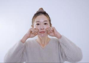 手をグーの状態にして、頬骨下に人差し指の第二関節があたるようにおきます。小鼻の横からスタートし、指を左右に小刻みにゆらしながら、顔の外側に向かって動かしていきます。痛気持ちいいくらいの力加減で行いましょう。皮膚表面をこするというよりも、肌内部の筋肉に働きかけるように動かします。これを2セット行います