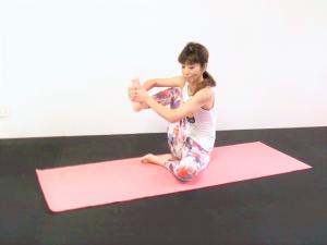 そのまま膝を曲げて、膝を前、後ろ、斜め前、後ろ、回すなどをして股関節から臀部、太もも裏などをほぐします