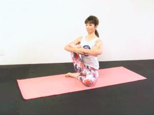両肘を使って足裏と膝を抱えます。吐く息とともにゆらしながら筋肉をゆるめ、ゆっくり胸の前まで近づけます(ふくらはぎの下に両肘を入れて下から引き上げるようにしてもOK)。腰が丸まらないように背骨を伸ばし、肩を下げましょう