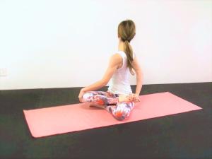左くるぶしを右脚付け根に置きます。一度、大きく息を吸いながら背骨を伸ばし、吐く息でゆっくり身体のねじりを深めます。