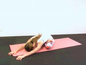 ゆっくりねじりを解きながら、両手を床につけます。吸う息で背骨を伸ばし、吐く息で両手を前に移動させながら上体を床に近づけます。そのまま呼吸を深めます。反対側も動作を繰り返しましょう