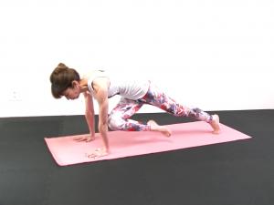 右ひざを左ひじにタッチします。(2)〜(3)の動作を10回繰り返します。この時、膝を床につけないようにお腹を腰に引寄せた状態をキープしてください。反対側も同様に動作を繰り返しましょう