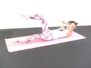 吸う息で右足を元の位置に戻し、吐く息で左足を床ギリギリまでおろします。左右5回づつ繰り返します