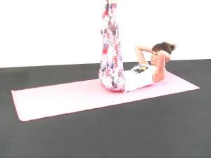 次に、両脚を天井方向にまっすぐ伸ばします。伸びなければ軽く膝を曲げてもOKです