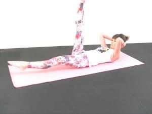 吸う息でお腹を薄くしドローイング(お腹を腰に引き寄せる)状態をキープしたまま、吐く息で右足を床ギリギリまでまっすぐおろします。この時、かかとを遠くにおろすように腹筋力をさらに刺激しましょう
