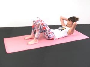ゆっくりと吐く息とともにお腹をへこませて腹横筋を意識し、頭を少しだけ上げて目線を太ももからお腹のあたりに向けて腹直筋を刺激します。吸う息でゆっくり頭を床に戻します。この動作を5回繰り返します