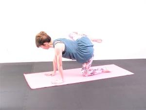 吐く息と共に膝を胸に引寄せ、そのまま腰の高さに引き上げます