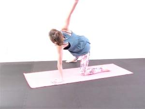 右足を床につけ、右太ももからつま先を正面に向けるように伸ばします。吸う息で右手を天井方向に伸ばし、胸を右方向に向けるように胸を開きます